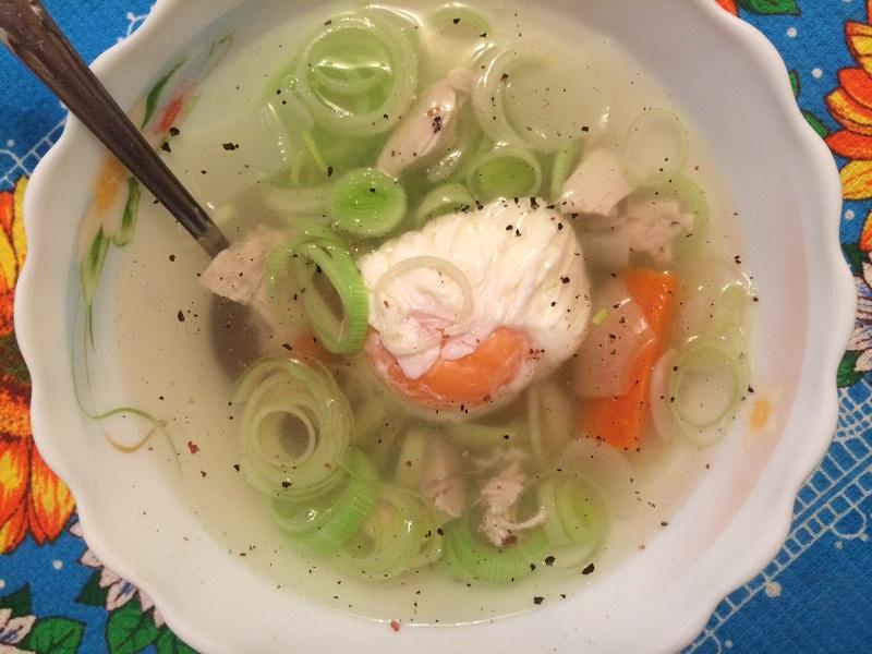 Куриный суп с яйцом пашол и зеленым луком